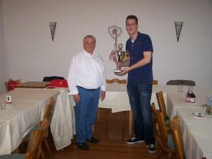 Organisator Udo Wickenfeld überreicht den Pokal zur Erinnerung an die Partnerschaft an Ben Sitton als Vertreter des Schaakclub Dordrecht
