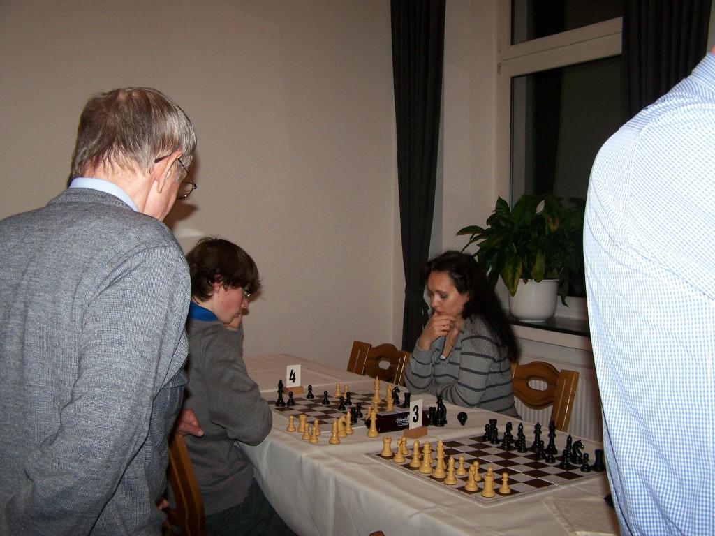1. Runde: Angelika - Christopher, Ludwig schaut zu