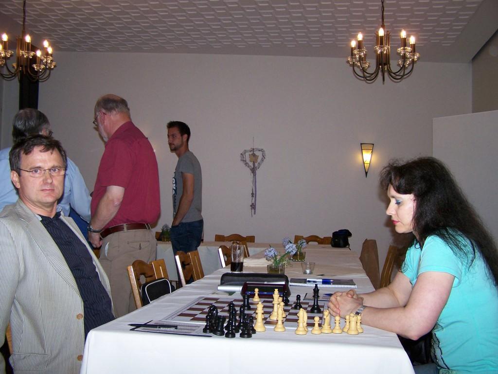 Frank Block und Angelika Roh spielen zeitgleich ihre Partie der 5. Runde der Vereinsmeisterschaft nach
