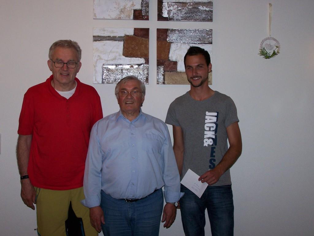 Der 1. Vorsitzende Udo Wickenfeld überreicht die Preise an die beiden Erstplatzierten der Gesamtwertung
