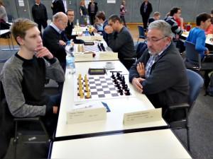 Christian (vorne rechts) kann noch nicht zufrieden sein, Klaus (mittleres Brett, links) dagegen sehr (Foto: Hans-Werner Lange)